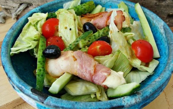 salata-cu-bacon-si-telemea-cu-otet-balsamic-zmeura