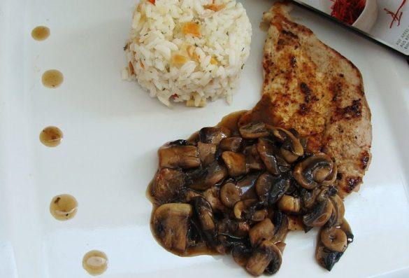friptura de porc cu sos de ciuperci cu otet balsamic