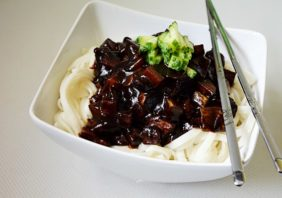 taitei coreeni cu sos de fasole neagra