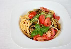 Spaghete cu vinete, rosii si busuioc