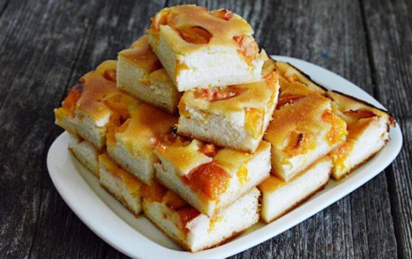 prajitura turnata cu branza si caise